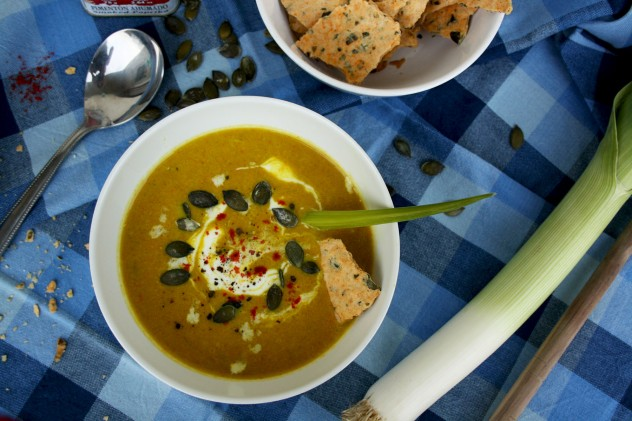 Hearty and flavorful autumn recipe: Pumpkin leek soup with smoked paprika. Serve with homemade whole grain spelt crackers. Healthy, vegan and easy-to-make!