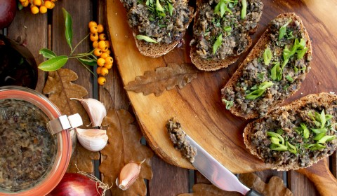 Russian Mushroom Caviar: Delicious, easy and healthy vegan appetizer, ready in just 30 minutes. Serve it with rye bread, crackers or Russian pancakes.