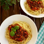 Vegan Spaghetti Bolognese: 20 minutes 6 ingredients recipe of delicious and easy vegan dinner. No TVP or tofu, just roasted mushrooms, carrots and tomatoes.