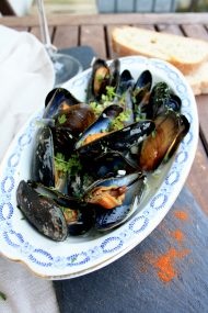 Mussels in White Wine Sauce: Easy 10-minute recipe of a fancy and delicious dinner. Steam mussels with onion, garlic, white wine. Serve with fresh ciabatta.