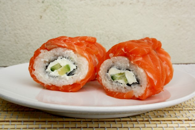 Creamy Avocado Salmon Philadelphia Sushi Rolls: A step-by-step recipe of the most popular sushi rolls with salmon, avocado and cream cheese. The best you can do with only 6 ingredients!