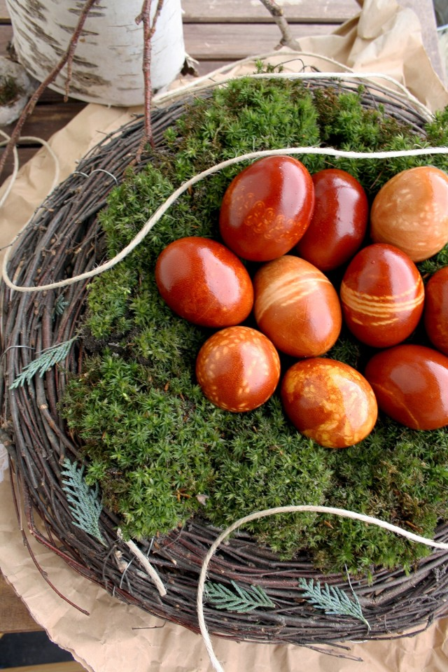 Natural Egg Dye with Onion Skins 5 Ways - Eggs in a Green Nest