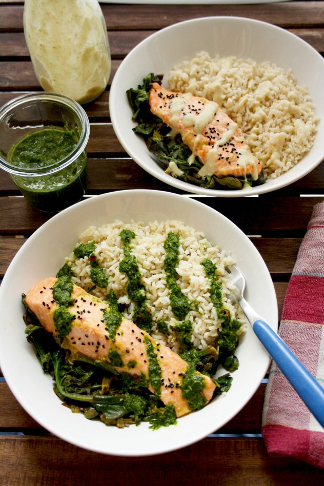 Easy and healthy parchment salmon baked with spinach and ginger-garlic sauce: a 20-min recipe of a delicious, quick and nutritious go-to weeknight dinner. Gluten free, low carb, low fat.