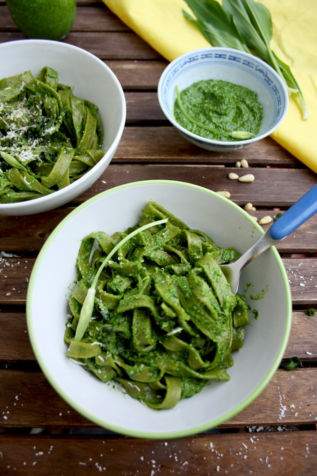 Easy Green Pesto Pasta with Wild Garlic: Quick and healthy vegetarian (or vegan) dinner full of spring flavors ready in just 10 minutes with 4 ingredients!