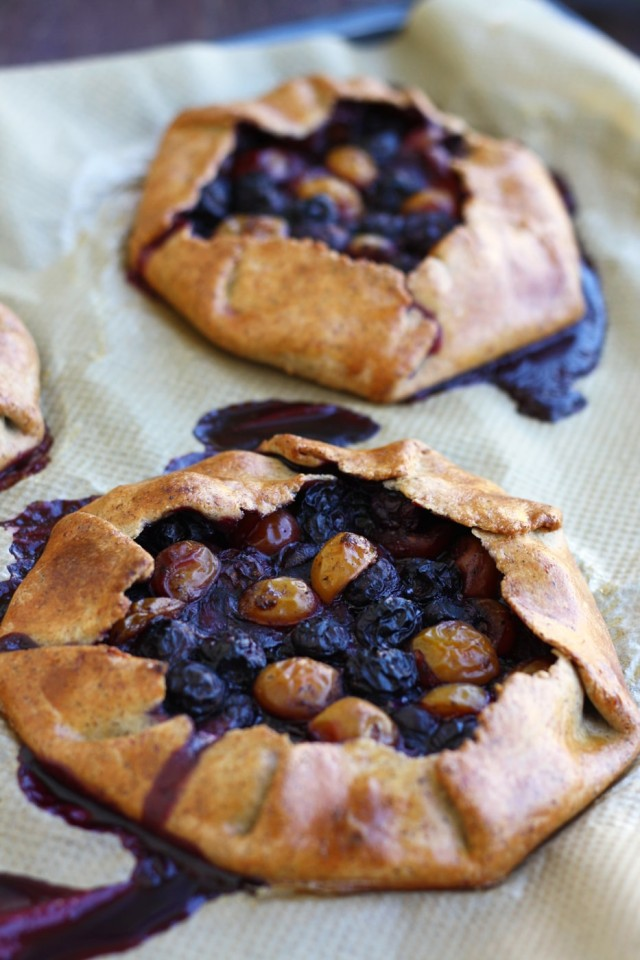This easy and healthy gluten-free blueberry galette recipe is perfect for early fall. These galettes come our crispy from the outside and tender from the inside, with juicy cinnamon-spiced blueberry filling.