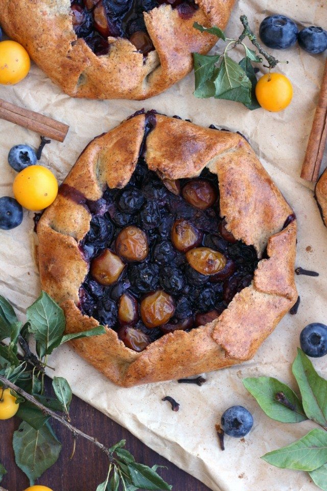 This easy and healthy gluten-free blueberry galette recipe is perfect for early fall. These galettes come out crispy from the outside and tender from the inside, with juicy cinnamon-spiced blueberry filling.