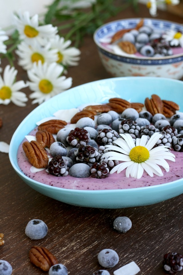 Easy and delicious 5-minute smoothie bowl recipe with customizable ingredients. Kid-friendly, nutritious and satisfying vegan breakfast, dessert or snack.